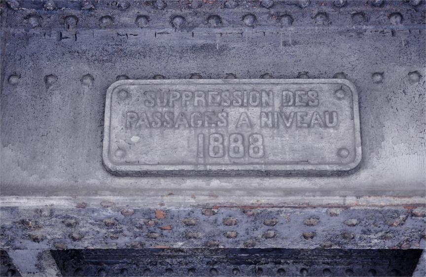 Avenue de Saint-Mandé, plaque sur le pont-rail.