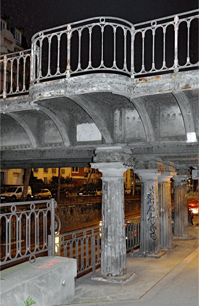 Avenue de Saint-Mandé, le pont-rail, détail sur colonnes et garde-corps-refuge en encorbellement, couleur gris bleu clair