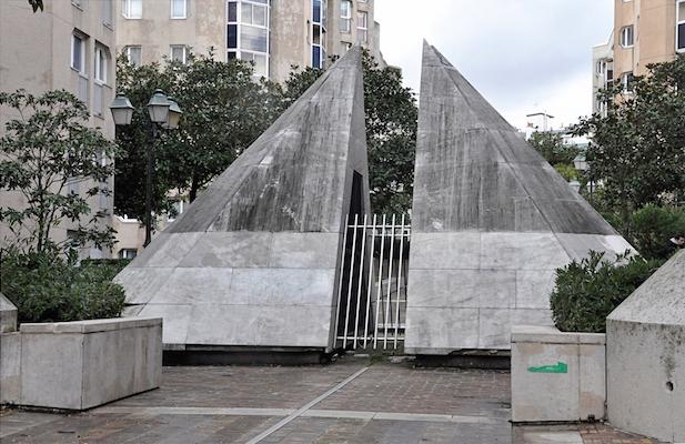 Pyramide à base octogonale (ventilation), rue piétonne Marie-Laurencin à l'emplacement de l'ancien raccordement.